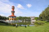 Wieża cień w pobliżu staw w parku. — Zdjęcie stockowe