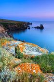 Erstaunliche felsenküste bei sonnenuntergang mit der insel — Stockfoto