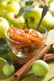 用树叶的肉桂和新鲜水果的苹果果酱 — 图库照片
