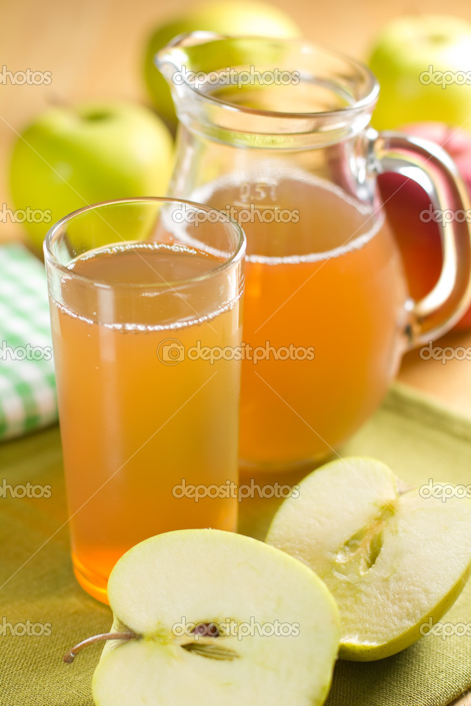 Apple juice and fresh fruits with leaves — Stock Photo #11401060