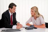 女性はオフィスで契約を締結します。 — ストック写真
