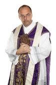 Sacerdote cattolico con la bibbia nella chiesa — Foto Stock