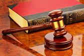 Martelo de um juiz no tribunal — Foto Stock