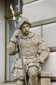 El monumento del caballero vigilaba la entrada al castillo — Foto de Stock