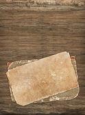Dunkle alte Papiere auf Holz — Stockfoto