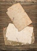 Velhos papéis em branco sobre um fundo de madeira — Foto Stock
