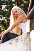Sensuele blond meisje buiten — Stockfoto