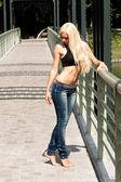 Jovem e bela modelo loiro na ponte — Fotografia Stock