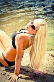 Splendida ragazza bionda sulla spiaggia — Foto Stock