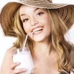 genç gülümseyen güzel sarışın milkshake ile kadın — Stok fotoğraf