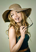 Blond girl with summer hat and sunglasses — Стоковое фото