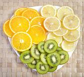 Bunte tropische früchte auf platte — Stockfoto