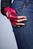 Main féminine avec manucure dans un gant de style — Photo