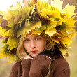 Woman with autumn wreath outdoors — ストック写真