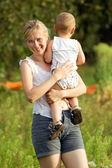 母と息子のアウトドア — ストック写真