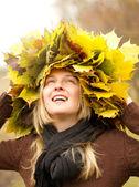 Donna con corona autunnale all'aperto — Foto Stock