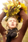 Kvinna med höst krans utomhus — Stockfoto