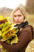Woman with autumn wreath outdoors — Fotografia Stock