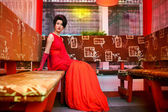 Mujer en un restaurante chino — Foto de Stock