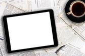 数字平板电脑和报纸上的咖啡杯 — 图库照片