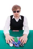 Un hombre joven es jugando al poker — Foto de Stock