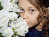Krásná dívka s bílými květy — Stock fotografie