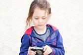 Dziewczyna z aparatem cyfrowym — Zdjęcie stockowe