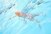Medelålders kvinna simning — Stockfoto