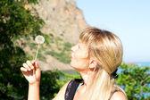 şişirme dandelion bir kız portresi — Stok fotoğraf