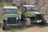 Dwa stare samochody terenowe — Zdjęcie stockowe