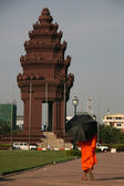 Buddhist Monk - Independence Monument, Phnom Penh, Cambodia — Stock Photo