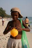 Niño con globo - sihanoukville, camboya — Foto de Stock