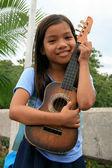 Junge girlplaying gitarre, philippinen — Stockfoto