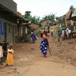 DR CONGO - NOV 2ND : Refugees cross from DR Congo into Uganda at — Stock Photo