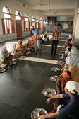 Indians Eating On Floor at Golden Temple — Stockfoto
