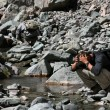Hiker Refreshing Wash in Stream, India — Foto Stock