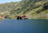Balea Lake and chalet with the same name, situated on the top of the transfagarasan road — Foto Stock
