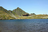 Balea Lake and chalet with the same name, situated on the top of the transfagarasan road — Stockfoto