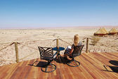 Woman look at the desert — Stock Photo