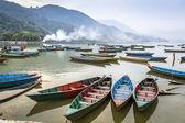 Dřevěné lodě v pokhara, fewa jezero — Stock fotografie