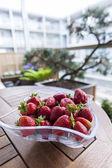 świeże truskawki na stole — Zdjęcie stockowe