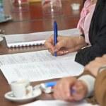 Businesswoman writing pen — Stock Photo