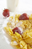 Cereals with milk and strawberries — Stock Photo