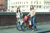 Two Girls While they make shopping in bicycle to Pisa — Stockfoto