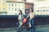 Två flickor när de shopping i cykel till pisa — Stockfoto