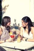 İçecek bir şey alırken iki genç kız — Stok fotoğraf
