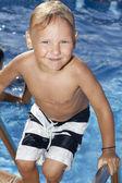 少年はプールで — ストック写真