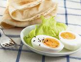 Twardo jajko z sałatką na tło włókienniczych — Zdjęcie stockowe