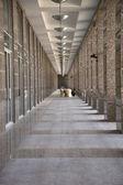 Uzun dar koridorlargo y estrecho corredor — Foto de Stock