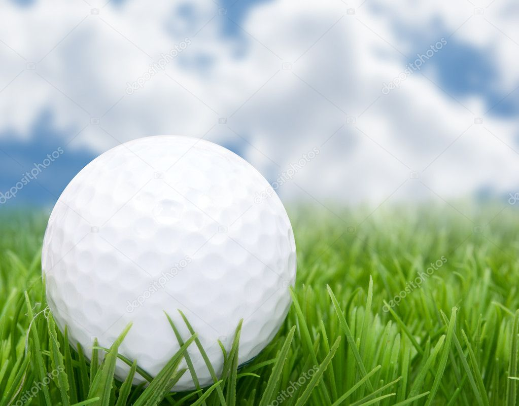 Golf Ball in Grass and Blue Sky — Stock Photo #11029537